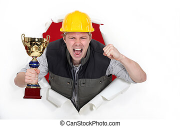 orgulloso, constructor, teniendo trofeo
