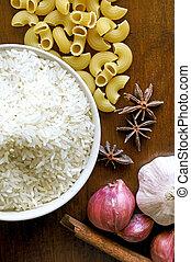 oriental, alimento, tempero, erva, arroz, alho, cebola vermelha, ligado, madeira, tabela, fundo