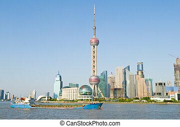 oriental, pérola, torre tevê, em, pudong, shanghai, china., pudong, é, a, novo, parte, shanghai, através, a, huangpu, rio, de, antigas, shanghai., céu azul, fundo