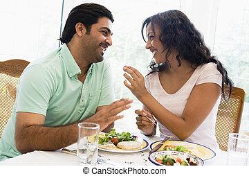 oriental, pareja, juntos, medio, el gozar, comida