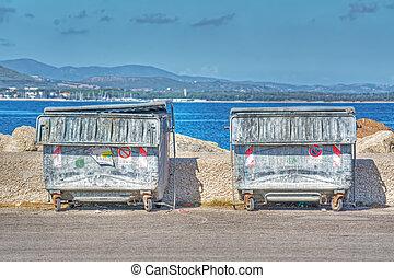 orilla, basura, metal, contenedores