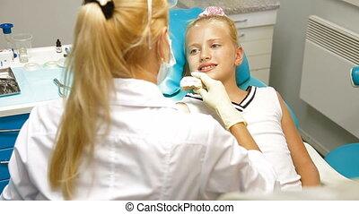 orthodontist, met, klein meisje