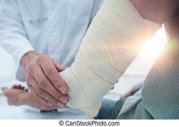 orthopedist, aan het dienen, verband, op, patiënt, hand, in,...