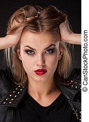 ortrait, av, vacker, modell, med, länge, blont hår, på, svart fond
