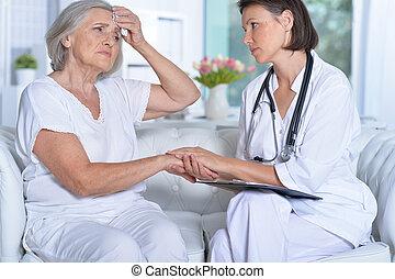 orvos, és, neki, idősebb ember, türelmes