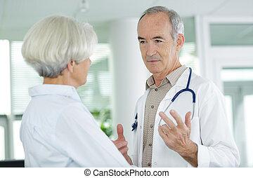 orvos, öregedő, idősebb ember, türelmes