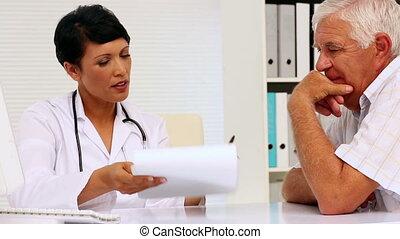 orvos, kérdezés, egy, vonakodó, türelmes, t