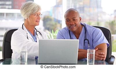 orvos, laptop, beszéd, elülső, mosolygós, ápoló