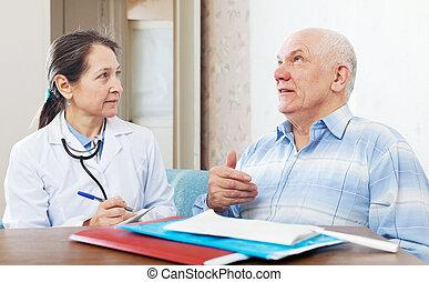orvos, megvizsgál, a, idősebb ember, türelmes