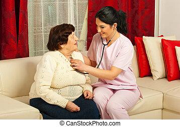 orvos, megvizsgál, idősebb ember, otthon