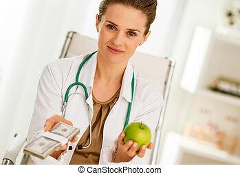 orvos, nő, kiállítás, alma, és, konzervál, közül, pénz