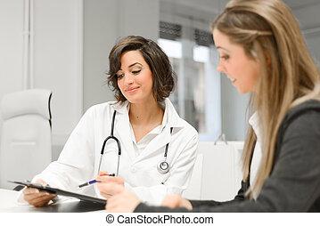 orvos, türelmes, női, diagnózis, neki, magyarázó