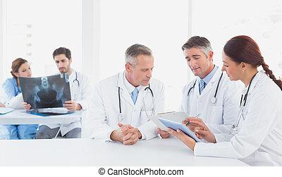 orvosok, röntgensugarak, együtt, ülés