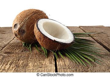 orzech kokosowy, białe tło