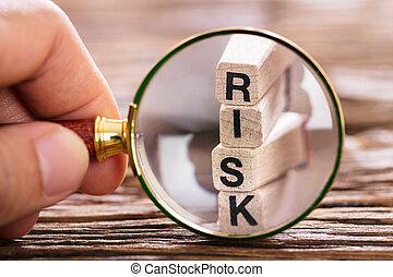 osoba, kontrolowanie, ryzyko, kloc, z, szkło powiększające