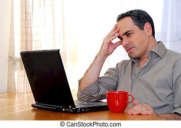 osoba nehledě k počítač na klín