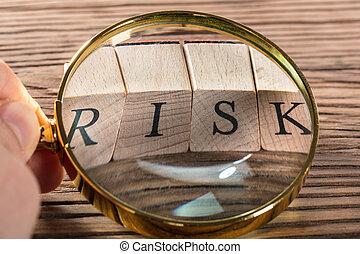 osoba, plaga, szkło powiększające, na, ryzyko, kloc