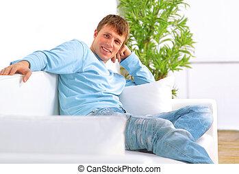osoba sedění, do, obývací pokoj celodenní, usmívaní