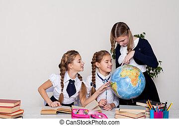 osservare, tre ragazze, geografia, globo, classe