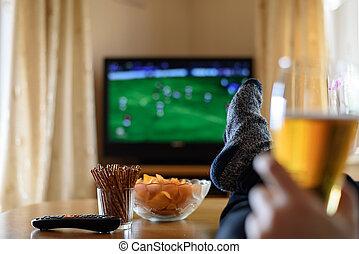 osservare tv, piedi, (football, televisione, tavola, match)