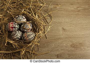 ostereier, in, nest, auf, hölzern, hintergrund