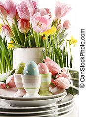 ostereier, in, tassen, mit, frühjahrsblumen, weiß