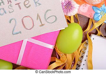 ostern, hintergrund, mit, bunte, eier, und, gelber , tulpen, aus, weißes, wood., draufsicht, mit, kopieren platz