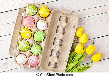 ostern, hintergrund, mit, bunte, eier, und, gelber , tulpen