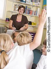 osztály, őt ül, tanár, elemi, iskolások