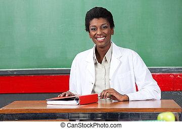 osztályterem, ülés, kévekötő, íróasztal, tanár, boldog