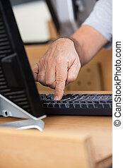 osztályterem, bábu, számítógép, használ, idősebb ember, kéz