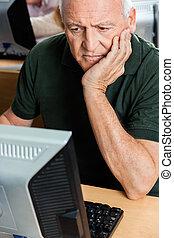 osztályterem, kéz, számítógép, áll, használ, senior bábu