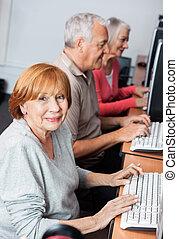 osztályterem, nő, számítógép, használ, idősebb ember, boldog