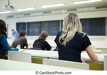 osztályterem, női hallgató