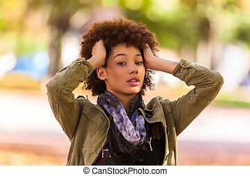 otoño, al aire libre, retrato, de, hermoso, americano africano, mujer joven, -, negro, gente