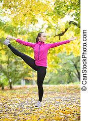 otoño, condición física, outdoors:, extendido, mano, a, grande, dedo del pie, postura