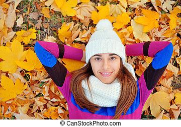 otoño, mujer, en, hojas