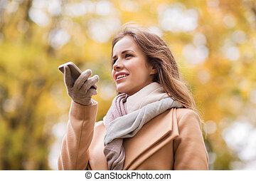 otoño, mujer, parque, grabación, smartphone, voz