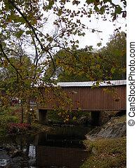 otoño, puente cubierto