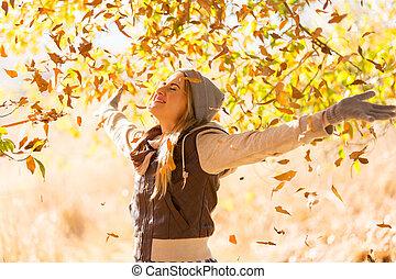 otoño sale, caer, en, feliz, mujer joven