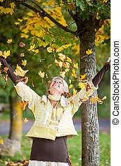 otoño sale, caer, en, mujer mayor