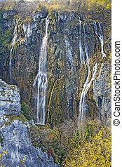 otoño, vista, de, hermoso, cascadas, en, plitvice, lagos, parque nacional, croacia