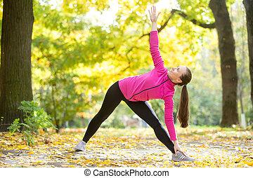 otoño, yoga, outdoors:, extendido, pose de triángulo