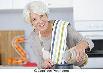 otthon, idősebb ember, főzés, nő, főtt tészta