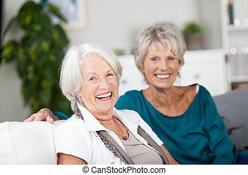 otthon, idősebb ember, nevető, bágyasztó, nők