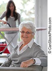 otthon, nő, closeup, segítség, öregedő
