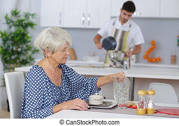 otthon, senior woman, segítség