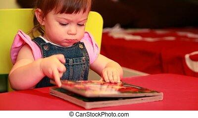 otwarcie, posiedzenie, książka, dziewczyna niemowlęcia, krzesło