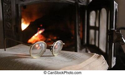 otwarta książka, kominek, monokle