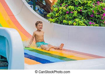 ou, baixo, água, menino, criança, respingue, verão, ir, piscina, durante, tem, escorregar, jovem, após, divertimento
